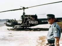 Polizist vor dem zerstörten Hubschrauber der Terroristen, 1972