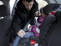 Kindersitze ohne Seitenwangen fallen im Test durch