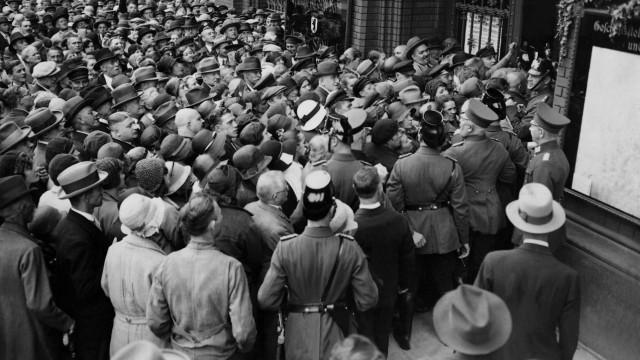 Menschen vor der Filiale der Sparkasse in Berlin, 1931