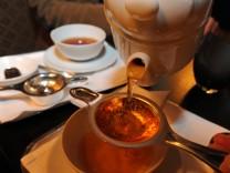 """Teekult im Hotel """"Vier Jahreszeiten"""" in München, 2009"""