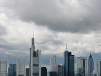 Frankfurter Skyline unter Wolken