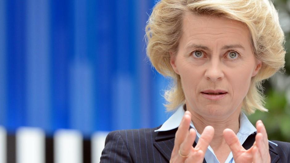 Bundesarbeitsministerin Ursula von der Leyen (CDU) spricht am Donnerstag im Bundesministerium für Arbeit und Soziales in Berlin auf einer Pressekonferenz zu den Chancen und Perspektiven der ehemaligen