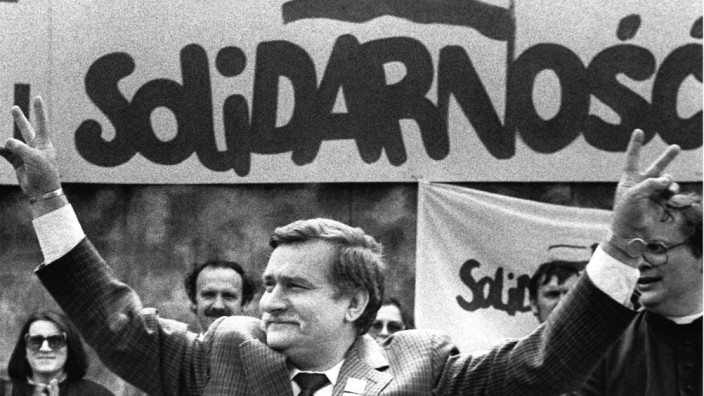 FORMER POLISH PRESIDENT AND SOLIDARITY FOUNDING LEADER LECH WALESA SHOWS V-SIGN IN 1989