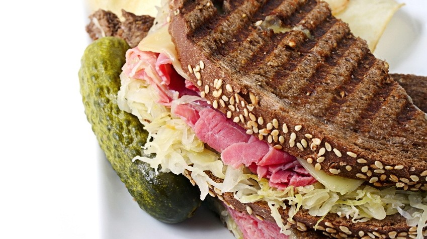 Pastrami-Sandwich mit Gurke