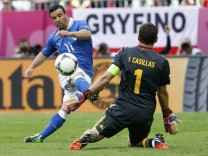 Italy's Di Natale scores goal past Spain's Casillas during Euro 2012 soccer match in Gdansk