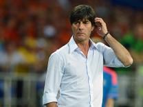Löw während EM-Spiel Deutschland gegen Niederlande