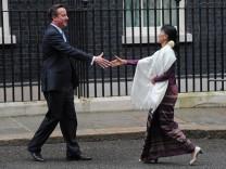 Der britische Premier David Cameron begrüßt die birmanische Oppositionsführerin Aung San Suu Kyi