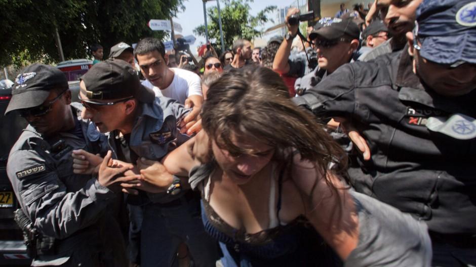 Social protest leader Daphne Leef arrested in protest in Tel Aviv