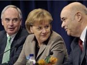 Angela Merkel (Mitte) und BDI-Präsident Hans-Peter Keitel (links) sowie Handwerkspräsident Otto Kentzler. Foto: dpa