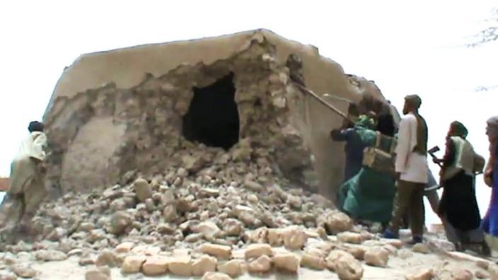 -Ein Videostill zeigt die Zerstörung eines Mausoleums in dermalischen Wüstenstadt Timbuktu durch Dschihadisten im Sommer 2012.