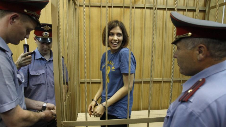 """Nadezhda Tolokonnikova, ein Mitglied von """"Pussy Riot"""" bars during a court hearing in Moscow"""