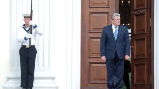 Bundespräsident Joachim Gauck am Haupteingang zu Schloss Bellevue Bürgerfest