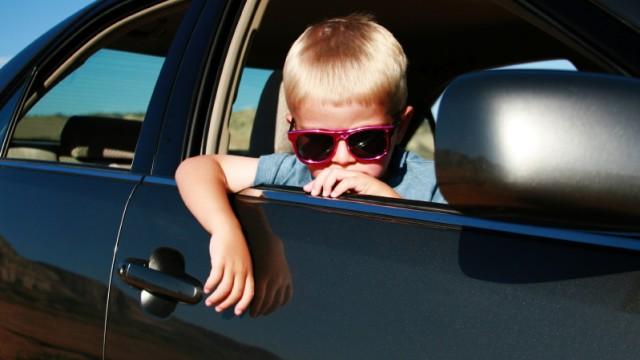 Kind im Auto auf Reisen
