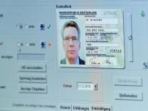 de Maiziere erhält neuen Personalausweis