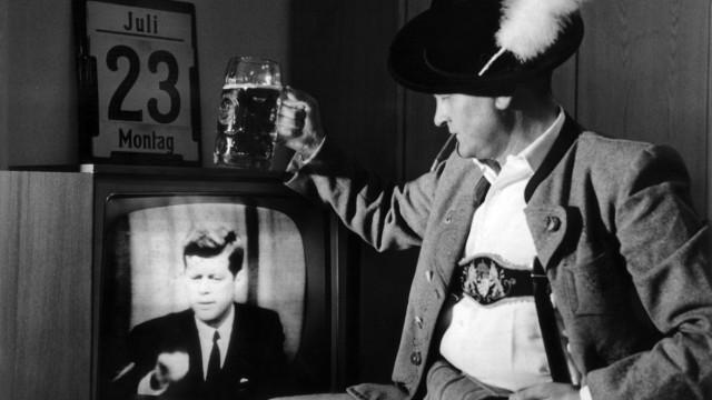 Mann sieht erste Live-Sendung mit Präsident Kennedy aus den USA