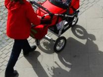 Mütter sind immer öfter von der Doppelbelastung Kind und Karriere überfordert.