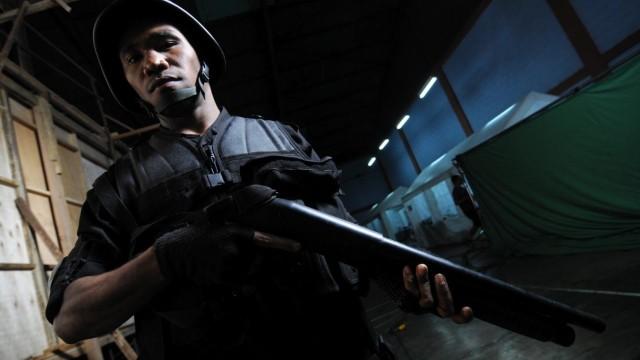 """Soldat posiert mit Waffe im Film """"The Raid"""""""
