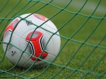 Bundesliga-Spielball 'Torfabrik' stoesst auf geteiltes Echo'
