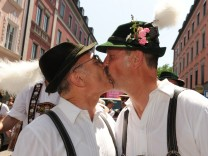 31. Christopher Street Day in München, 2011 Küssene Schwuhplattler