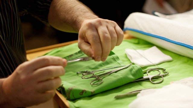 Chirurgische Instrumente werden für die Beschneidung eines jüdischen Säuglings vorbereitet.