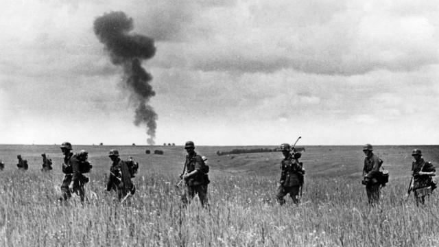Zweiter Weltkrieg: Deutscher Angriff Richtung Stalingrad am Don-Übergang    Second World War: German Troops attacking Stalingrad via the Don ford