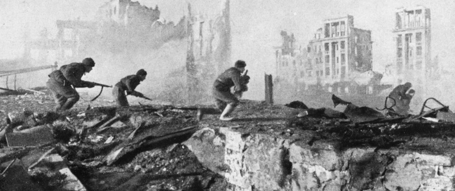 Russische Soldaten beim Angriff in Stalingrad, 1942   Russian soldiers during the attack in Stalingrad, 1942