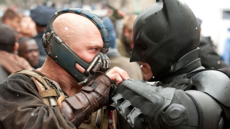 "Christian Bale als Batman und Tom Hardy als Bane in ""The Dark Knight Rises"""