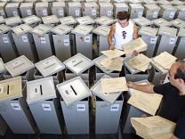 Wahlurnen in München: Das Bundesverfassungsgericht hat das Wahlrecht für verfassungswidrig erklärt