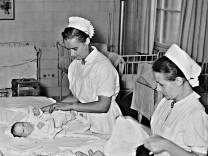 Hebammen auf der Säuglingsstation, 1941