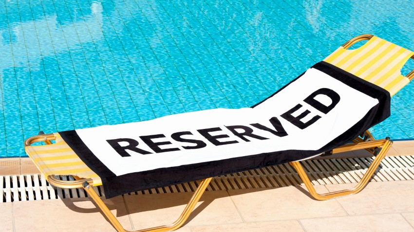 Pool Liege reserviert mit Handtuch sunlounger Pool Schwimmbad
