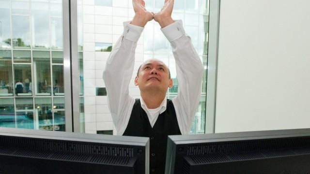 Bäume umarmen im Büro - Stress abbauen mit Business-Yoga und Co.