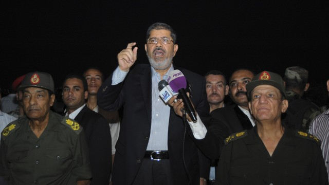 Ägyptens Präsident hebt Vorrechte für Militär auf: Mursi neben Tantawi (l.) und Sami Anan (r.) noch am Freitag bei einem gemeinsamen Auftritt in al-Arish