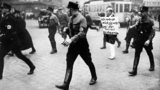 Der jüdische Anwalt M. Siegel wird durch München geführt