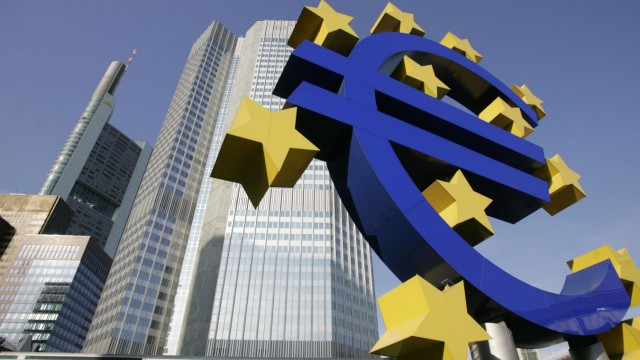 EUROPE-ECB-EURO-DOLLAR-ILLUSTRATION-FILES