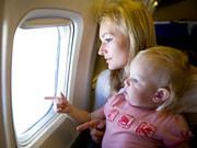 Kinder können künftig im Autositz im Flugzeug fliegen, iStock