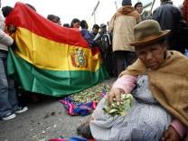 Eine bolivianische Frau kaut Koka: Die Pflanze gilt als gesund, die Droge Kokain entsteht erst in illegalen Giftküchen.