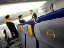 Flugbegleiter der Lufthansa stimmen fuer Streik