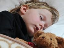 Junge beim Schlafen