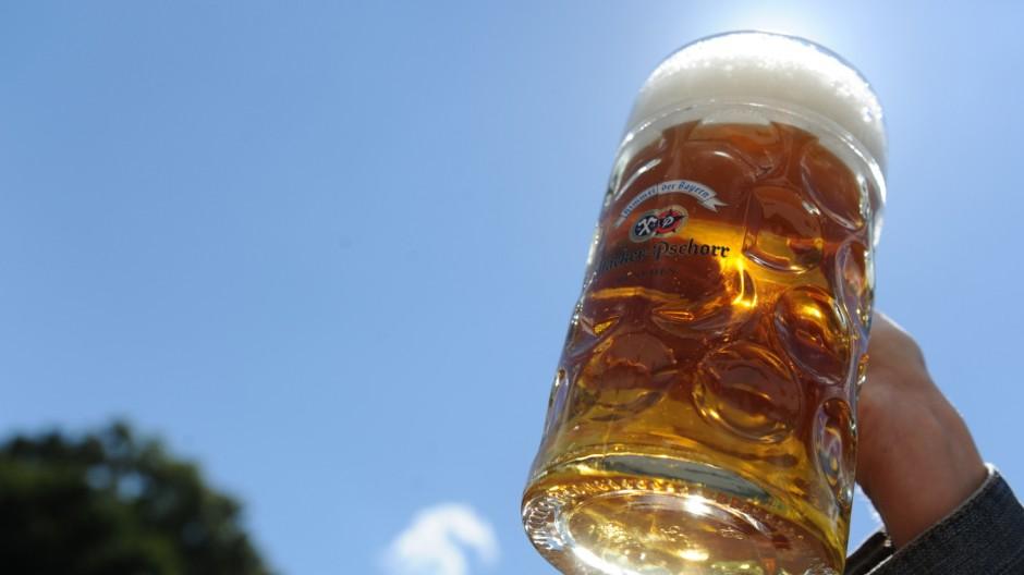 Aus geraden Gläsern wie diesem Bierkrug trinkt man viel langsamer als aus geschwungenen, sagen Forscher. Na dann, Prost!