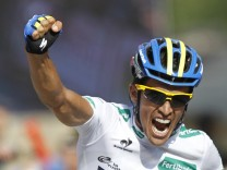 Team Saxo Bank rider Contador crosses the finish line to win the 17th stage of the Tour of Spain 'La Vuelta' cycling race between Santander and Fuente De