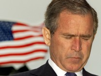 BUSH PRAYS DURING NAVAL ACADEMY COMMENCEMENT