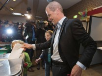 Labour Party leader Samsom casts his ballot in the Netherlands' general election with his children Fana and Benthe at a voting station in Leiden