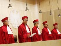 Verfassungsgerichts-Präsident Andreas Voßkuhle und die anderen Richter während der Urteilsverkündung