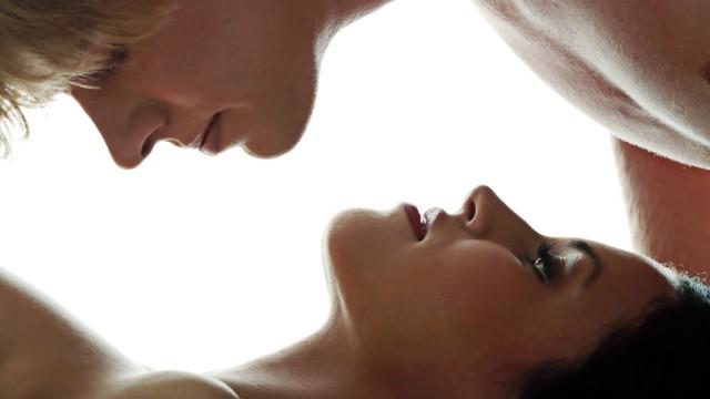 In diesem Augenblick stören Schweiß, Speichel und Körpergeruch nicht mehr: Sexuelle Erregung hebt die Ekelschwelle an.
