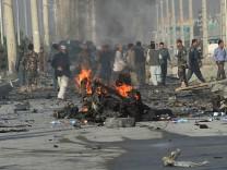 Afghanische Sicherheitskräfte am Ort des Selbstmordanschlages in Kabul.