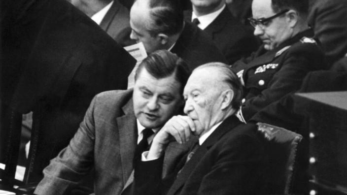 Verteidigungsminister Franz Josef Strauß und Kanzler Konrad Adenauer  'Spiegel'-Debatte im Bundestag
