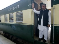 Pakistan's Rail Minister Ghulam Bilour offered 100,000$ head mone