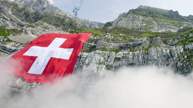 Größte Schweizer Flagge hängt am Säntis