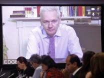 Julian Assange während der Video-Schalte