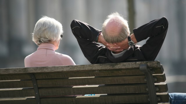 Rentnerpaar sonnt scih vor dem Reichstag